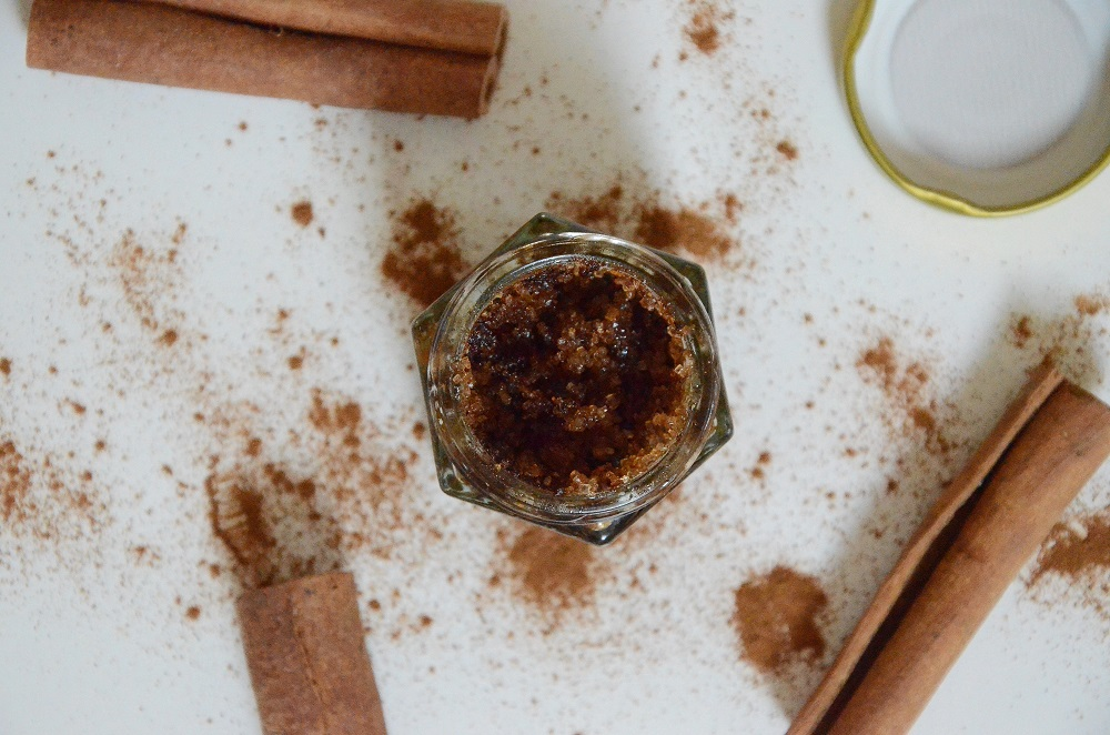 diy-cinnamon-honey-plumping-lip-scrub-365-beauty-tips